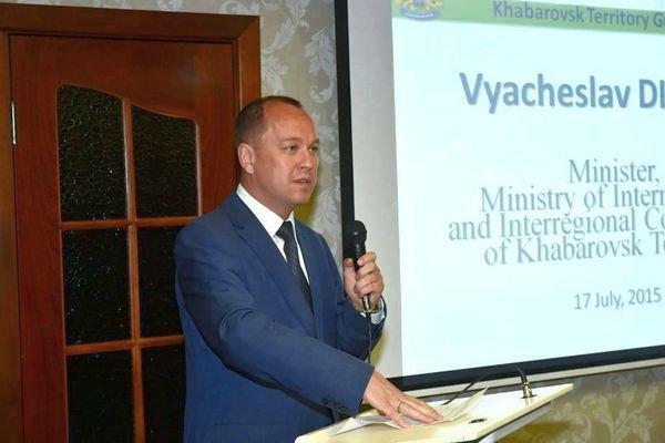 Презентует Хабаровский край делегации из Японии